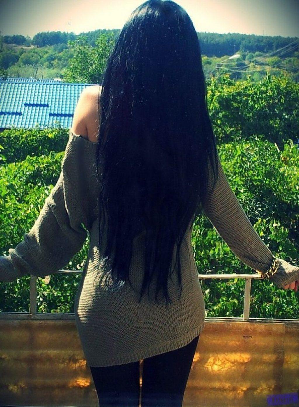 Девушка с длинными черными волосами со спины фото