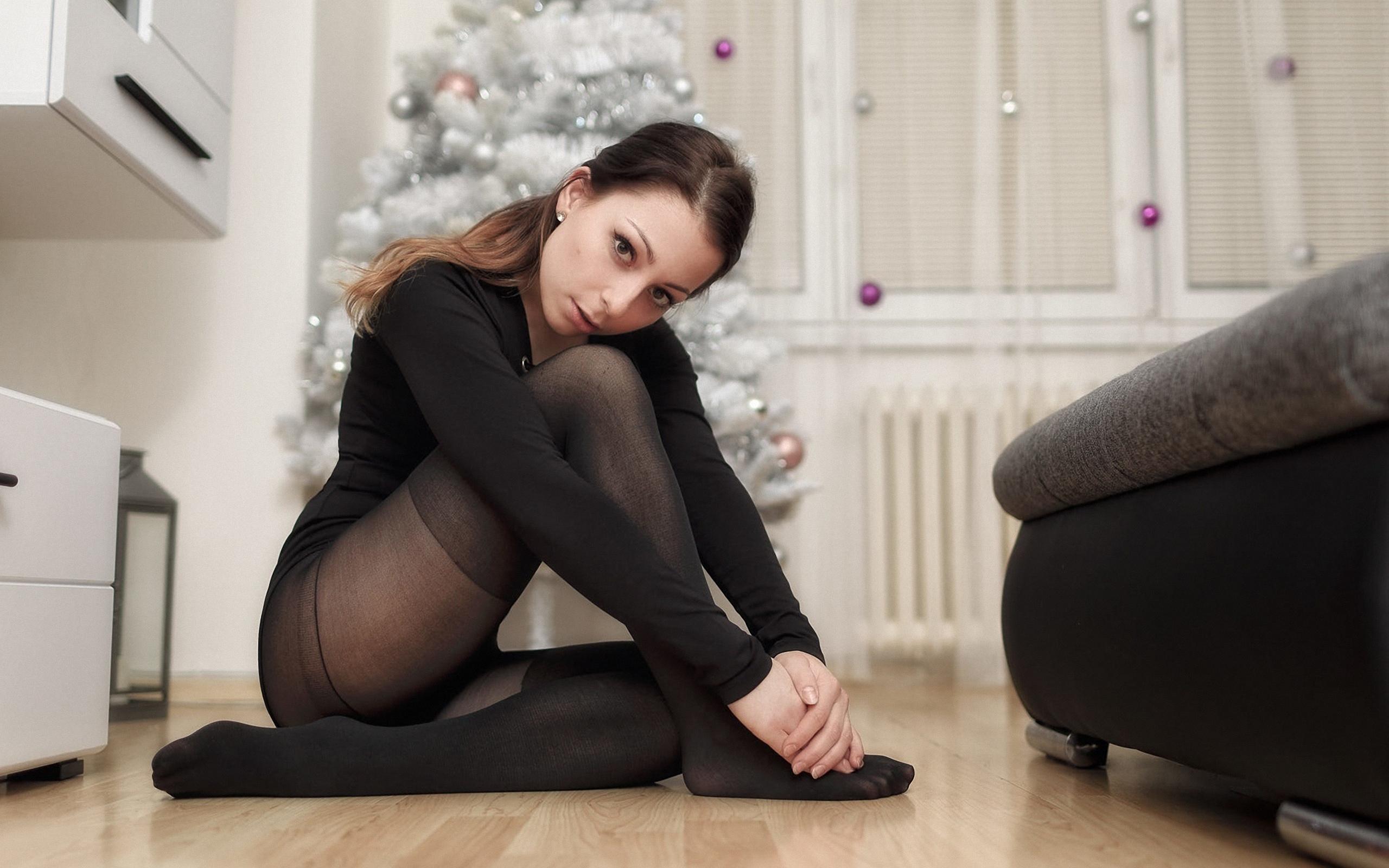 Девочка сняла колготки фотографии проституток смотреть