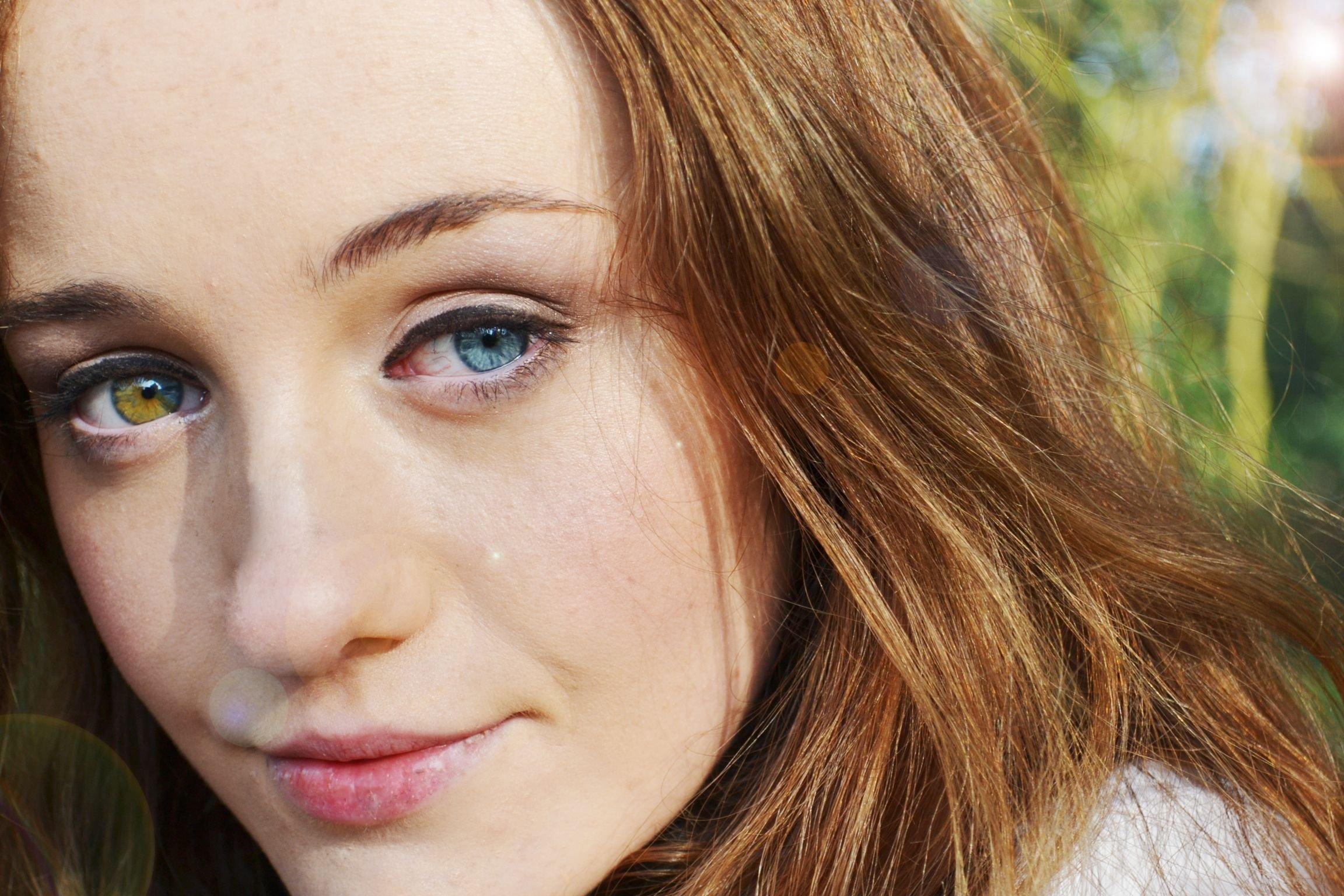 разные глаза на фотографиях кожи поможет