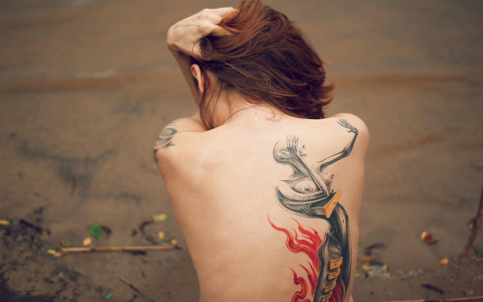 Девушка с татуировкой на спине картинка