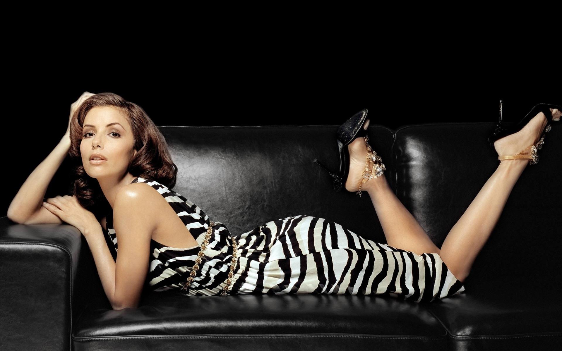 Красивые позы для фото на диване