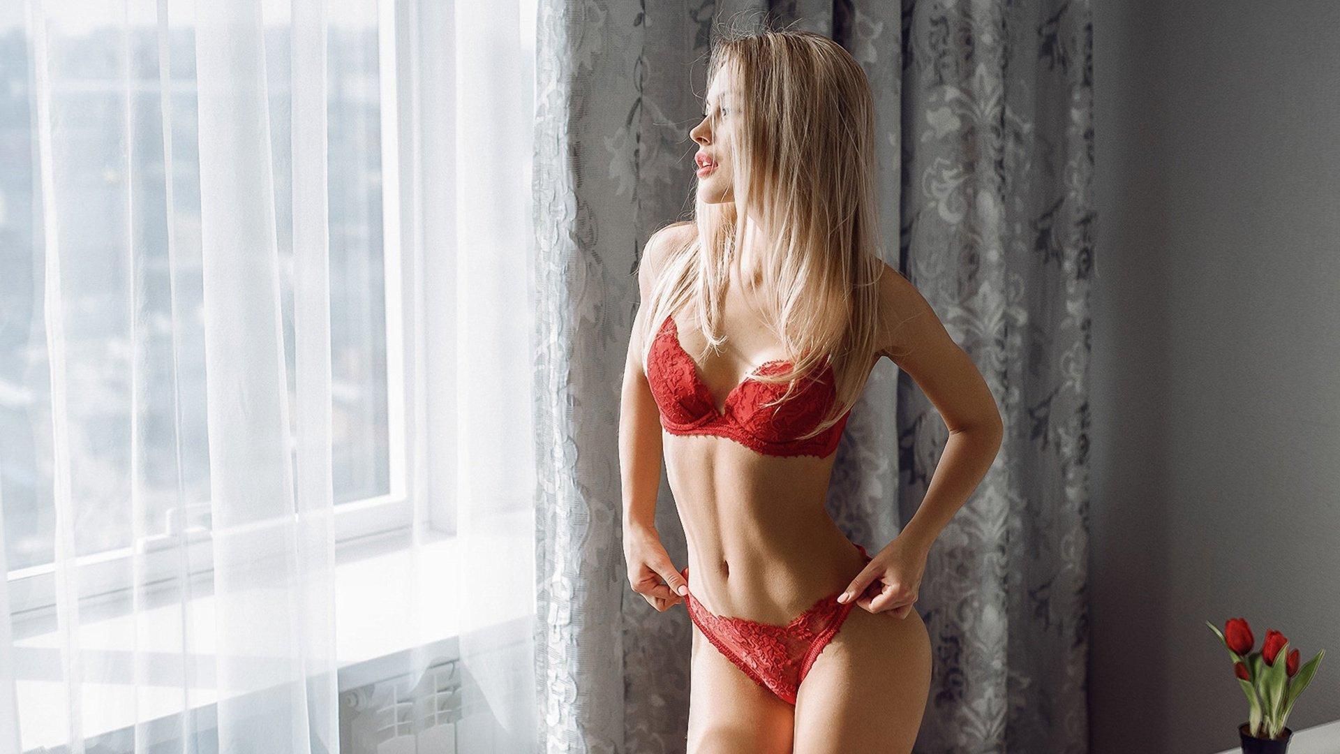 фото жены дома в красном каждому