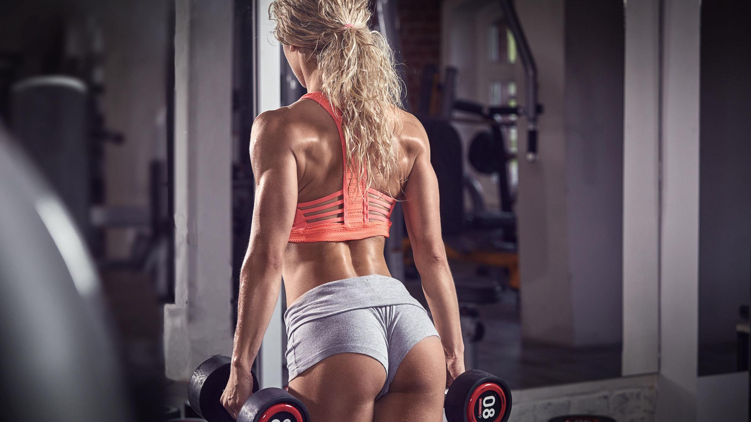 Девушки в спортзале: виды мощних поп!