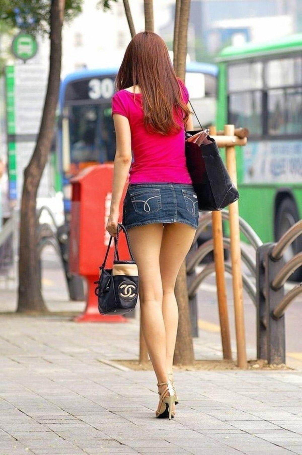 Девушки на улице в мини-юбках