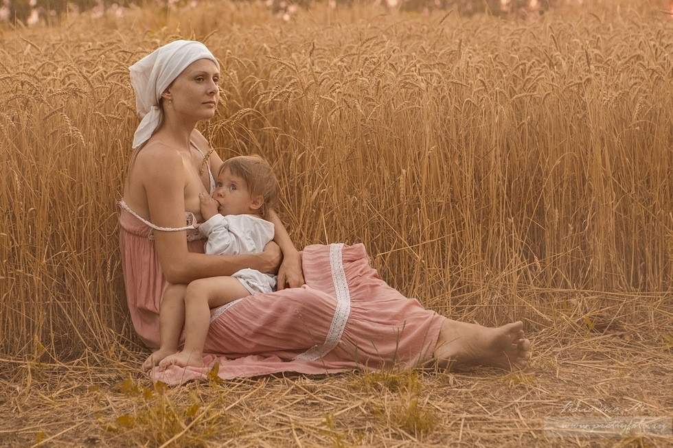Голая Кормящая Кормить Ребенка На Сеновале Фото